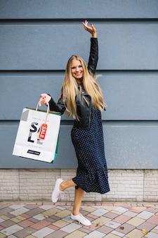 Donna con borse della spesa