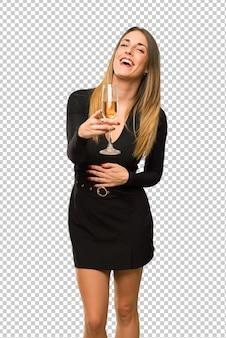 Donna con champagne che celebra il nuovo anno 2019 che indica con il dito a qualcuno e che ride molto
