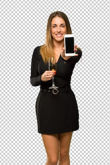 Donna con champagne che celebra il nuovo anno 2019 guardando la telecamera e sorridente