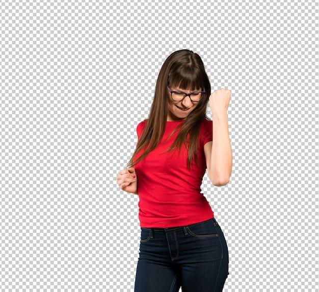 Donna con gli occhiali che celebra una vittoria
