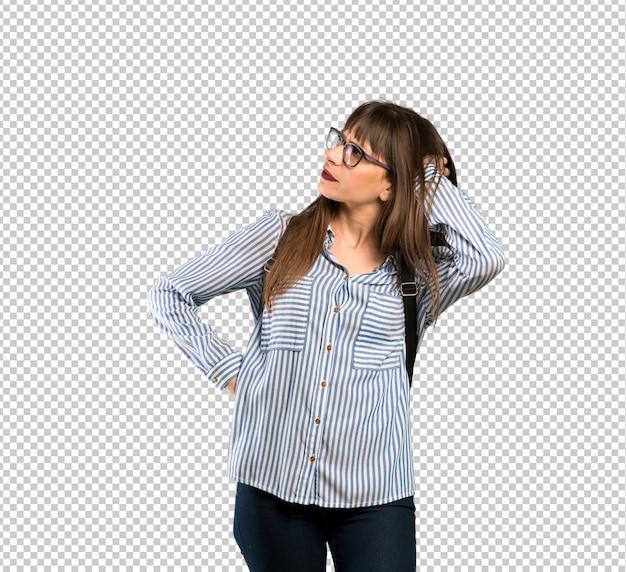 Donna con gli occhiali che hanno dubbi