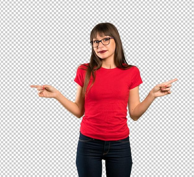 Donna con gli occhiali che punta ai laterali avendo dubbi