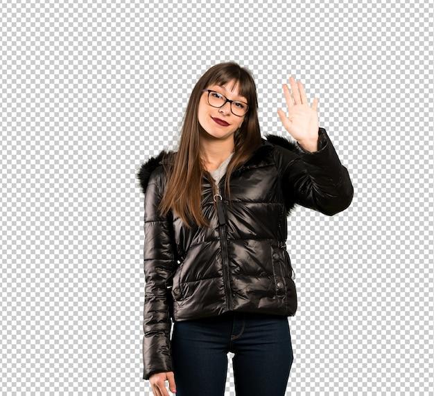 Donna con gli occhiali che saluta con la mano con l'espressione felice
