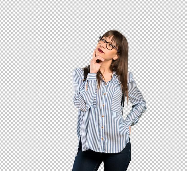 Donna con gli occhiali pensando un'idea mentre alzando lo sguardo