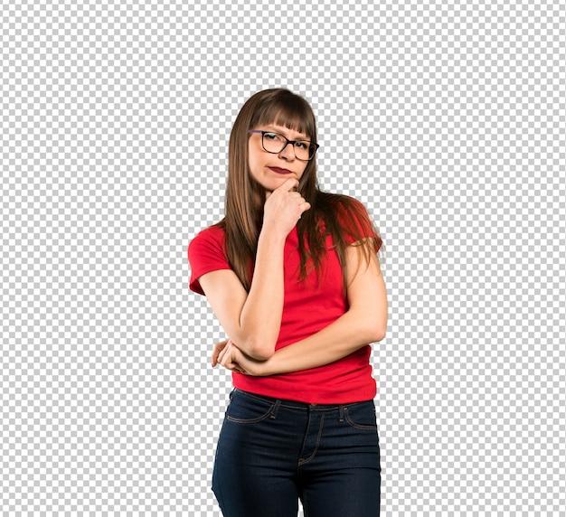 Donna con gli occhiali pensando