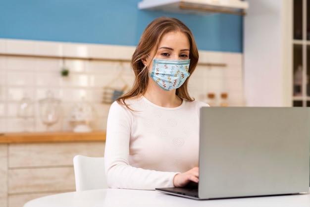 Donna con il modello di concetto di maschera medica