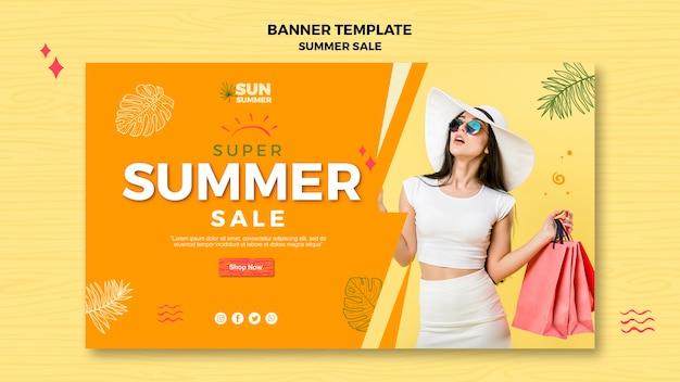 Donna con la bandiera di vendita di estate degli occhiali da sole
