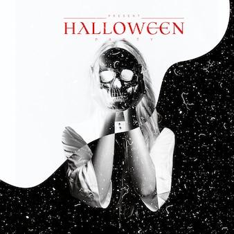 Donna con la tenuta del cranio davanti al suo fronte in bianco e nero