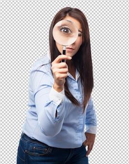 Donna con lente d'ingrandimento