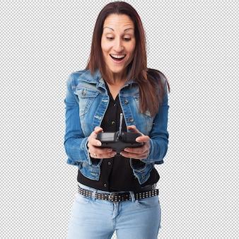 Donna con un telecomando per auto