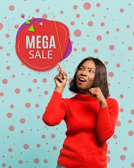 Donna del tiro medio che promuove vendita mega