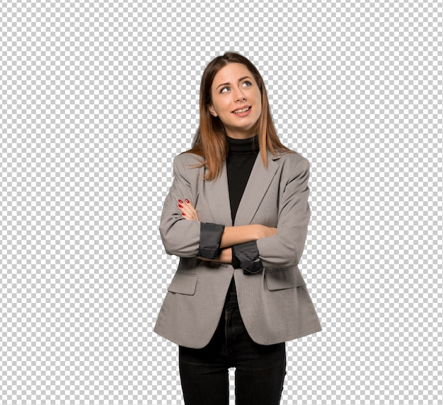 Donna di affari che osserva in su mentre sorridendo