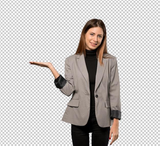 Donna di affari che tiene copyspace immaginario sul palmo per inserire un annuncio