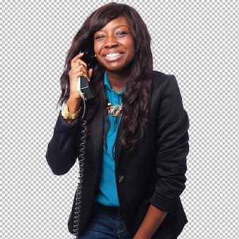 Donna di affari nera che parla sul telefono