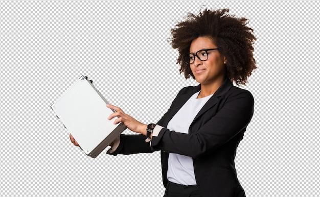 Donna di colore di affari che tiene una cartella