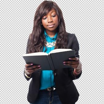 Donna di colore felice di affari che legge un libro