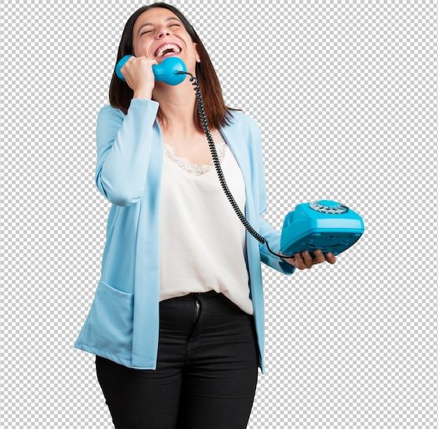 Donna di mezza età che ride a crepapelle, si diverte con la conversazione, chiama un amico o un cliente
