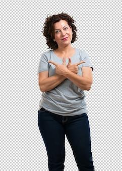 Donna di mezza età uomo confuso e dubbioso, decidere tra due opzioni, il concetto di indecisione