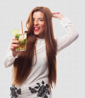 Donna elegante che beve un mojito