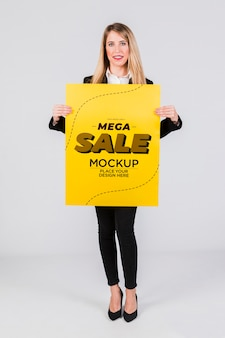 Donna felice che tiene un modello di concetto del cartello