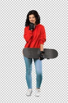Donna giovane pattinatore con espressione facciale sorpresa