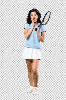 Donna giovane tennis con espressione facciale sorpresa e scioccata