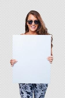 Donna graziosa che tiene un cartello in bianco