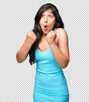 Donna latina che fa gesto del vincitore