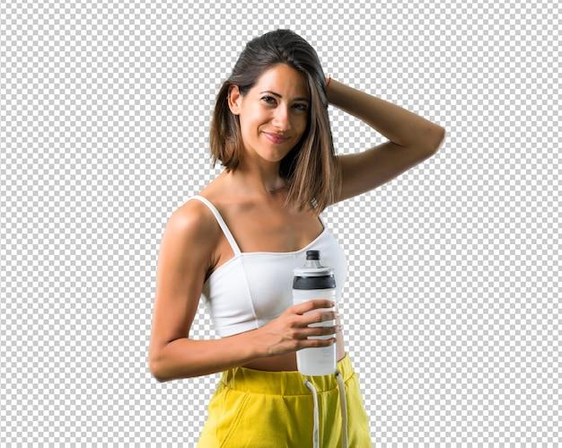 Donna sportiva con una bottiglia