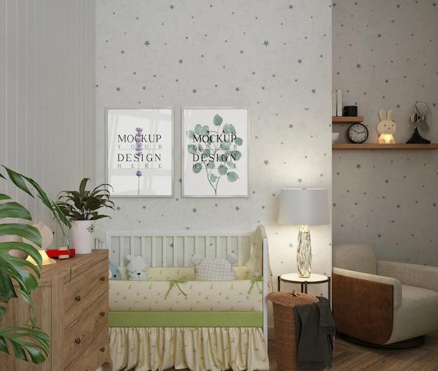 Dormitorio de bebé blanco simple con marcos de póster de maqueta