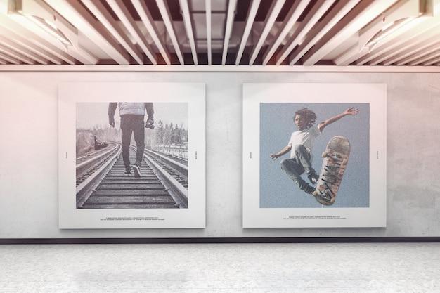 Dos carteles cuadrados en la maqueta de la pared de la exposición.