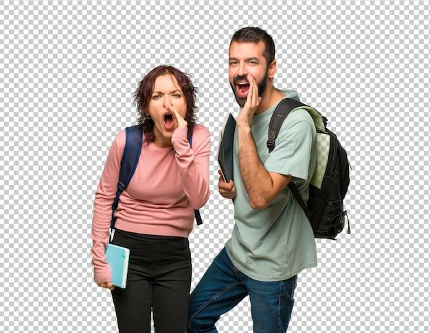 Dos estudiantes con mochilas y libros gritando con la boca abierta y anunciando algo