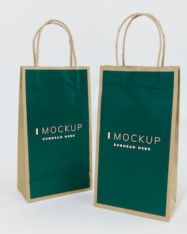 Dos maquetas de bolsas de papel verde