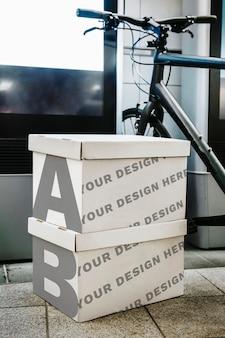 Dos maquetas de cajas en un garaje.