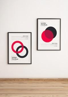 Dos maquetas de plantilla de póster enmarcado colgadas en la pared