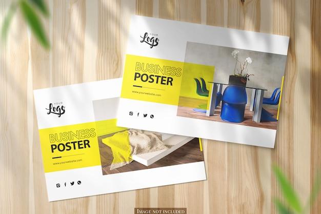 Dos maquetas de póster horizontal a5 en escritorio de madera brillante