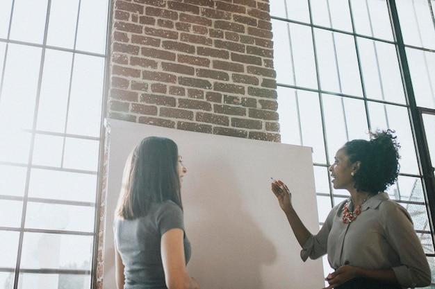 Dos mujeres discutiendo en una reunión