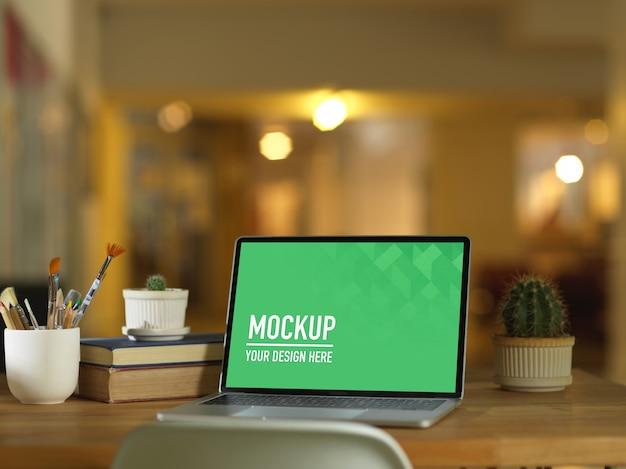 Draagbaar laptopmodel in werkruimte met bloemen