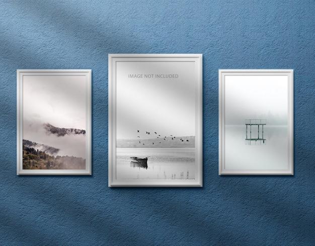 Drie fotolijstjes op de muur