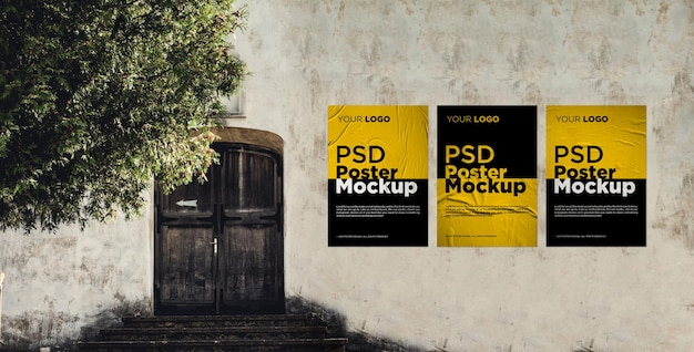 Drie gelijmd en verfrommeld poster mockup op de oude muur grunge