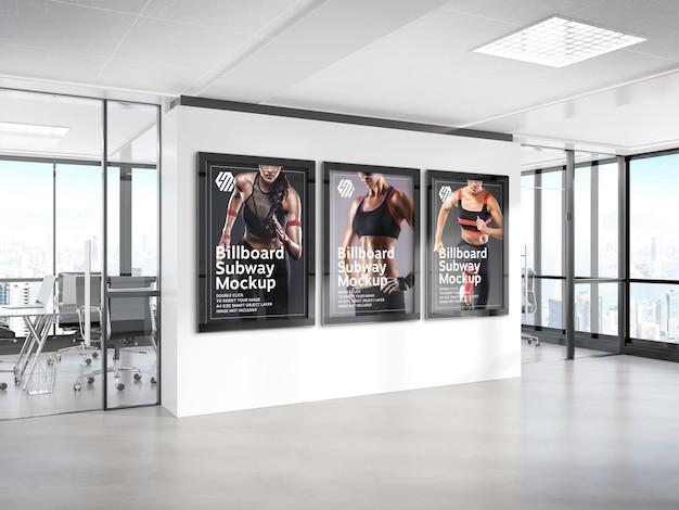 Drie reclameborden die op het model van de bureaumuur hangen