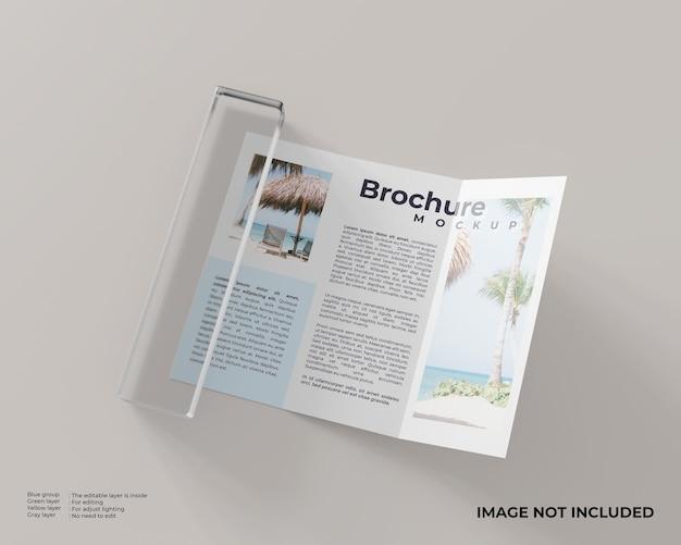 Driebladige brochure met een glazen blok