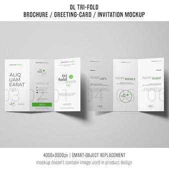 Driebladige brochure of uitnodiging mockup op grijze achtergrond