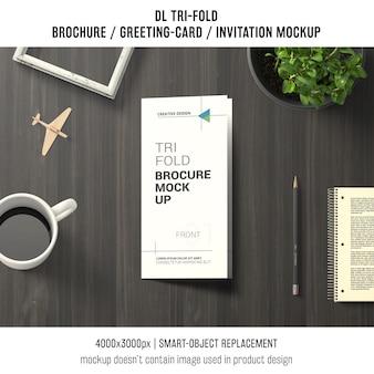 Driebladige brochure of uitnodiging mockup stilleven concept