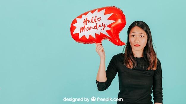 Droevige vrouw met het model van de toespraakballon