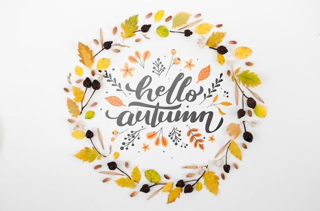 Droge bladeren die hallo herfst omcirkelen