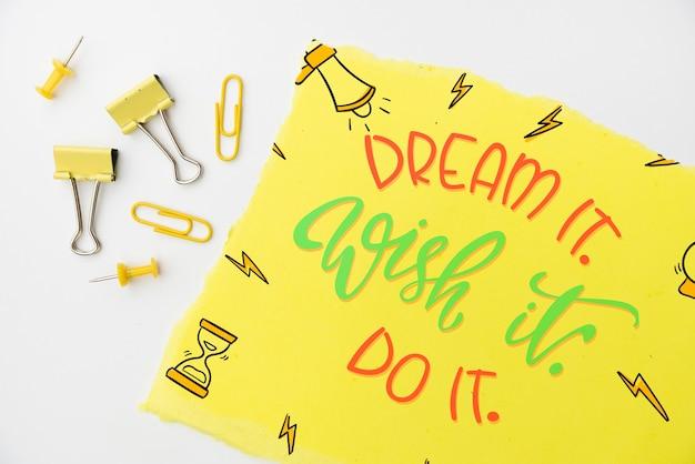Droom het, wens het, citeer het op geel papier bovenaanzicht