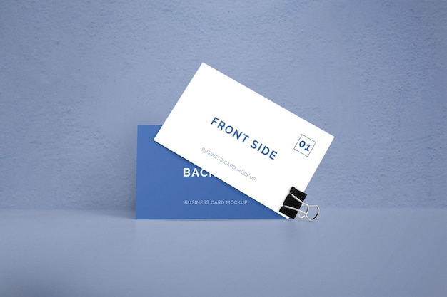Dubbelzijdig visitekaartje met paperclip mockup