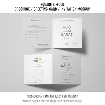 Due brochure quadrate bi-fold o mockup di biglietti di auguri