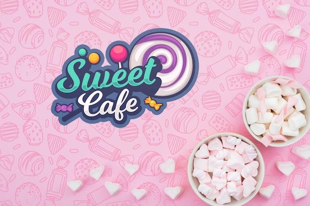 Dulce cafe y cuencos con corazones de azucar